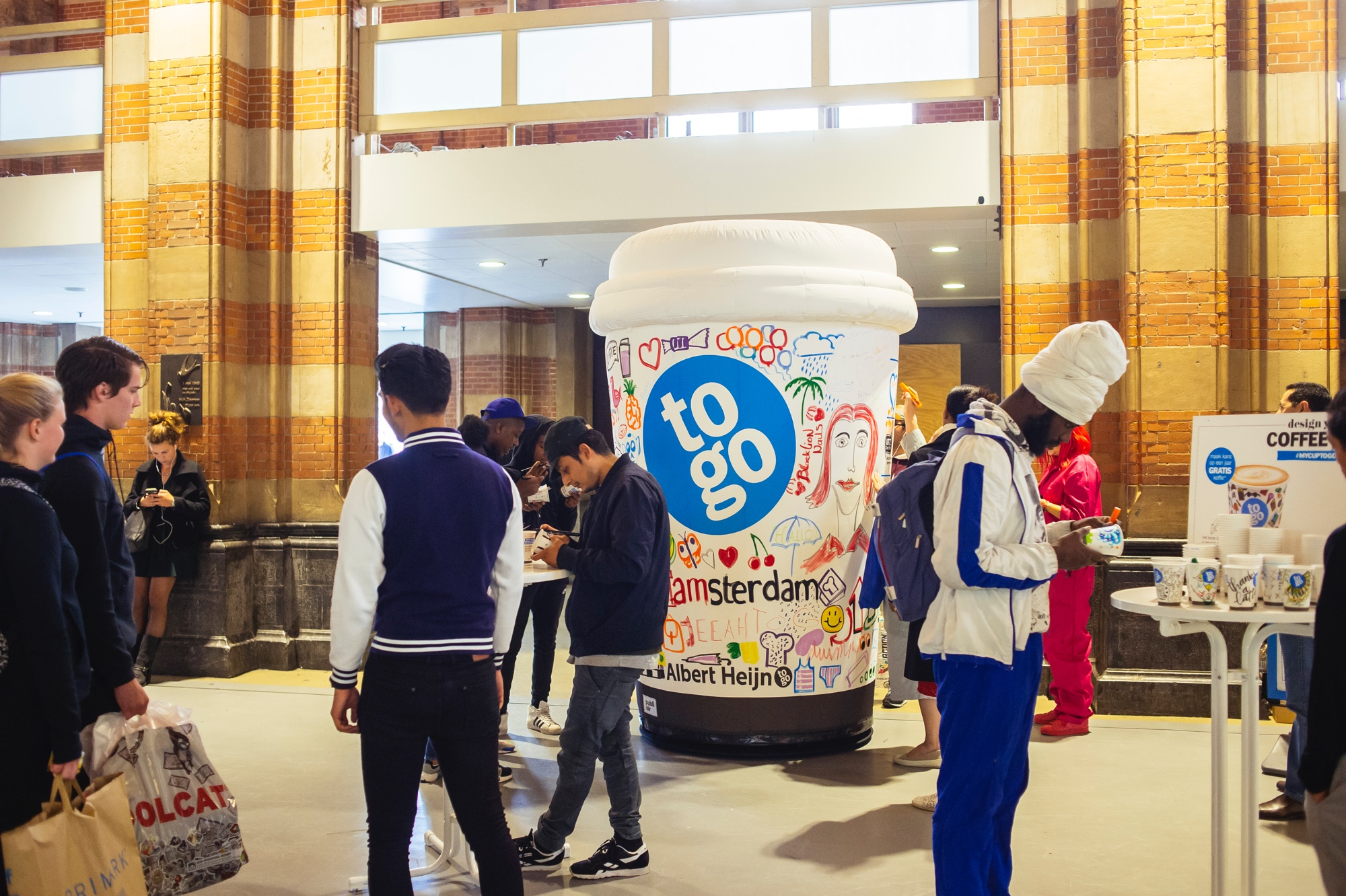 AH-to-go opblaasbare koffiebeker thema activatie giant coffeecup theme activation - Publi air