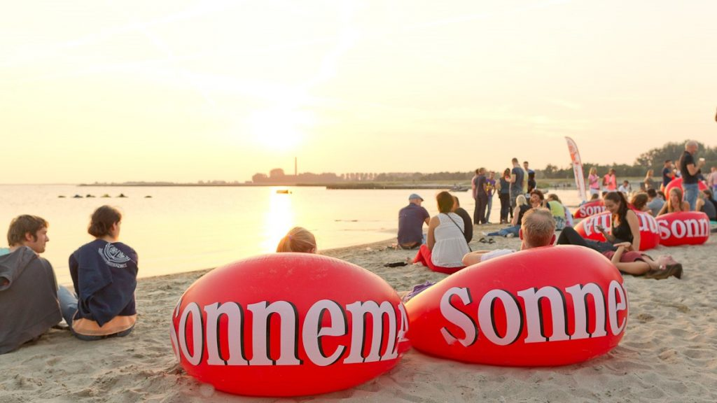 opblaasbare strandstoel - beachlounger furniture- Sonnema inflatable poufs - Publi air