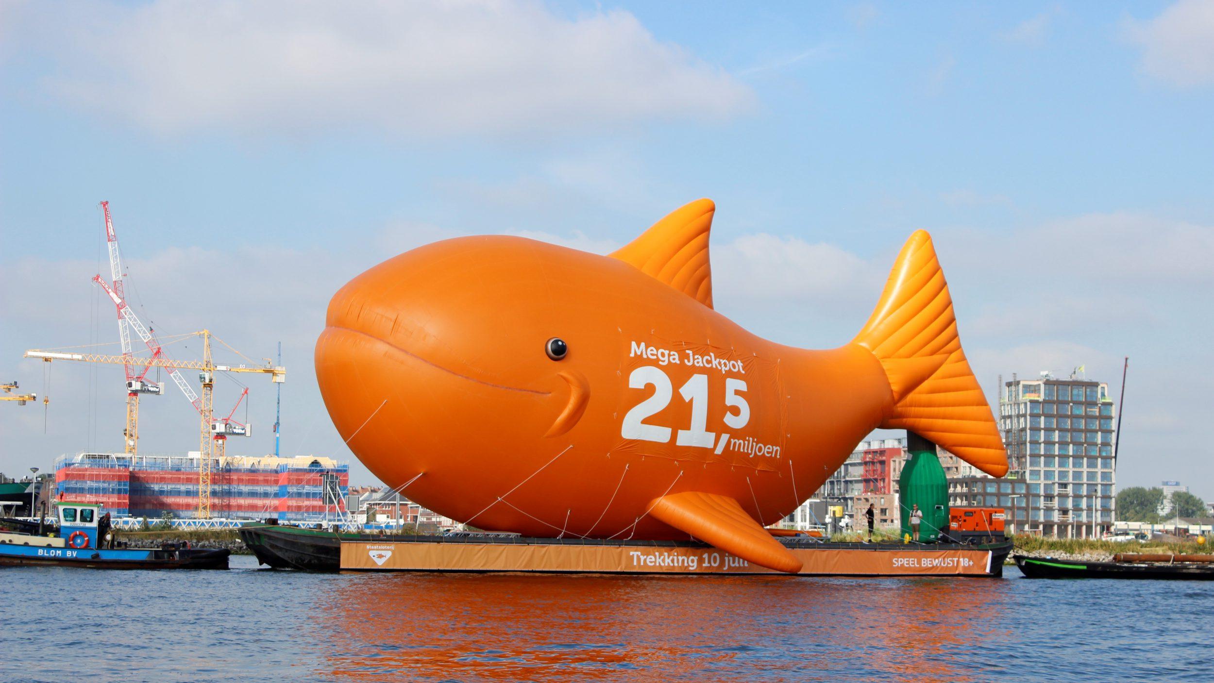 Staatsloterij opblaasbare vis- publiair-biggestfish-amsterdam-centraal- ij